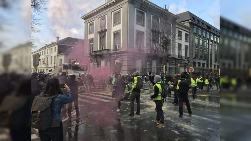 Presidente de Francia anuncia aumento de sueldos y reducción de impuestos para calmar manifestaciones