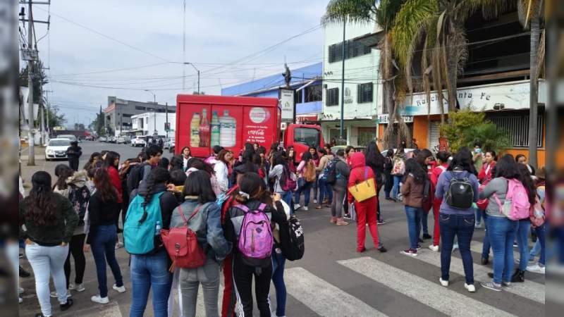 Normalistas bloquean avenida Siervo de la Nación en Morelia