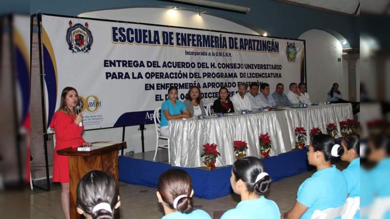 Con nivel Licenciatura, Escuela de Enfermería de Apatzingán, incorporada a la UMSNH