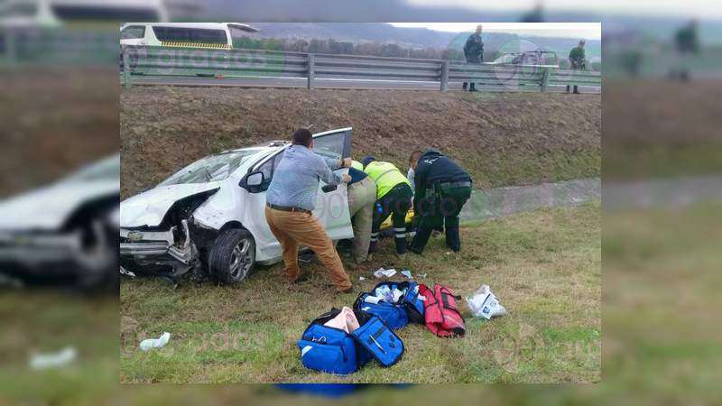 Vuelca automóvil en Contepec y muere el conductor