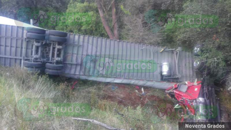 Vuelca tractocamión sobre la Uruapan - Pátzcuaro, en Michoacán