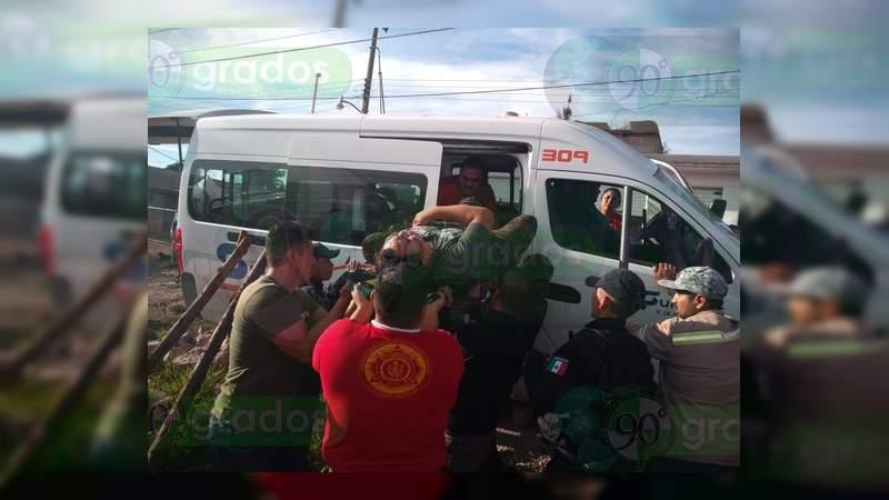 Se accidenta una combi en Zitácuaro; hay cuatro lesionados