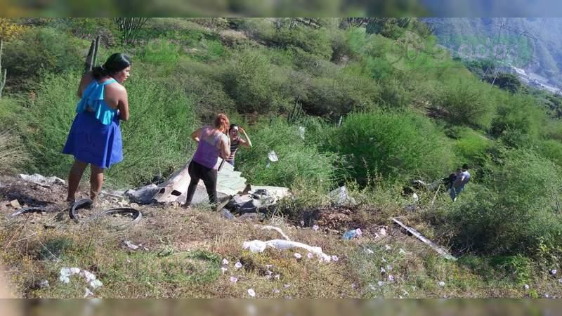 Se accidenta camioneta en Arteaga y mueren 5 personas; hay doce heridos