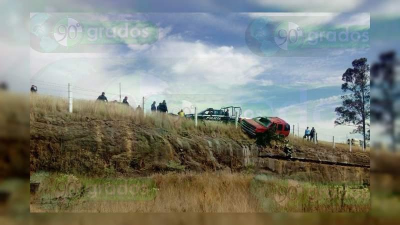 Hombre sale disparado hacia un barranco luego de volcar en Maravatío
