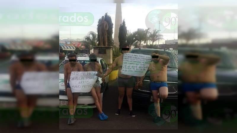 Cuatro presuntos robacoches son exhibidos en Los Reyes, Michoacán