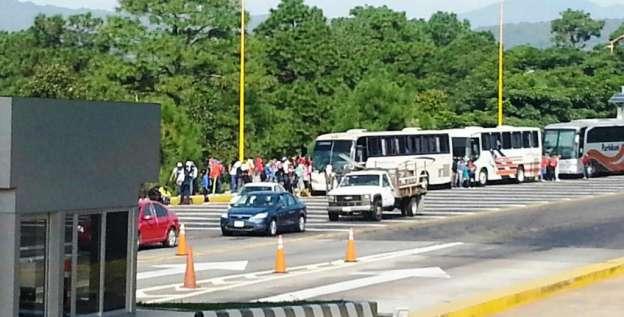 Detienen a más de 50 normalistas durante toma de caseta en Zirahuén