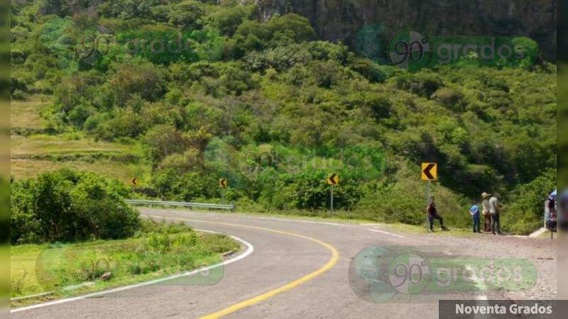Ejecutado y con narcomensaje, dejan cuerpo en la Iguala - Teloloapan, en Guerrero