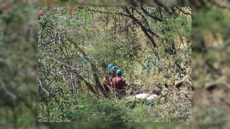 Localizan dos cadáveres al fondo de una barranca en Zamora
