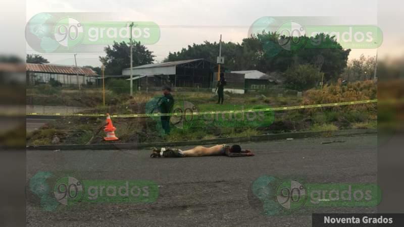 Identifican al joven hallado muerto en crucero de Parácuaro, en Apatzingán, Michoacán