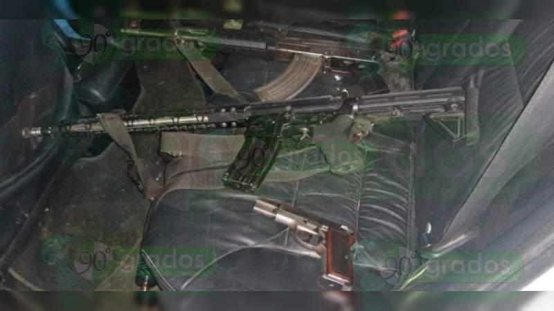 Se accidentan hombres armados en persecución con policías en Indaparapeo
