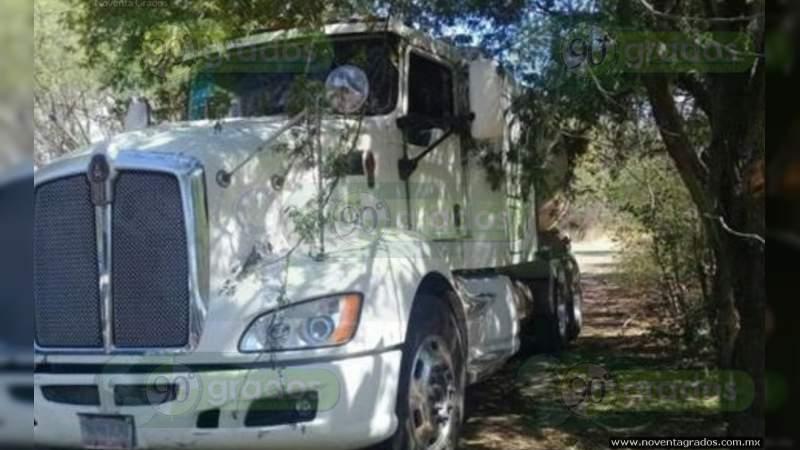 Detienen a dos traileros con 50 migrantes centroamericanos ocultos en la caja