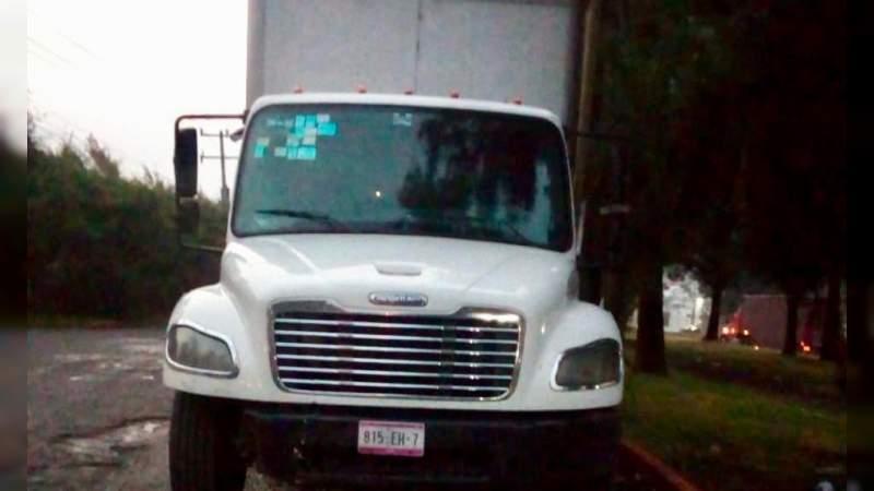 Se roban y vacían camión de paquetería en Tarímbaro, Michoacán