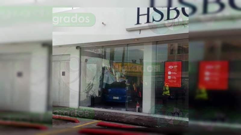 Se estrella vehículo contra un banco en Morelia