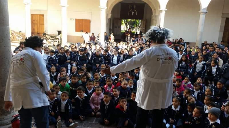 Con espectáculo de payasos, divulgadores de la ciencia deleitaron a pequeños de Cuitzeo y Santa Ana Maya