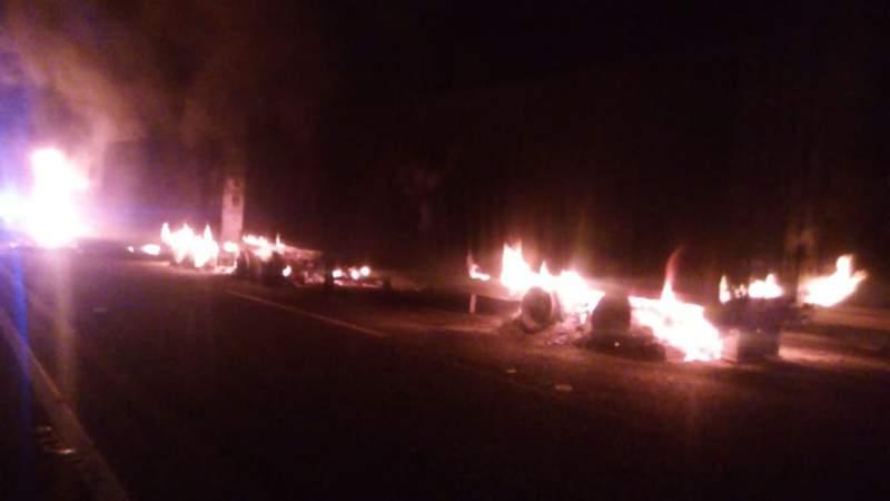 Se impactan en la Autopista Siglo XXI tráiler y automóviles; explotaron