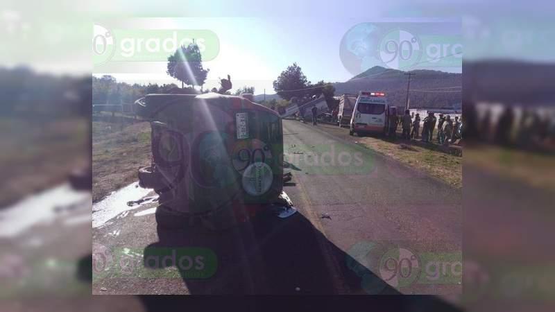 Chocan y vuelcan dos camionetas en la carretera Villa Madero – Carácuaro