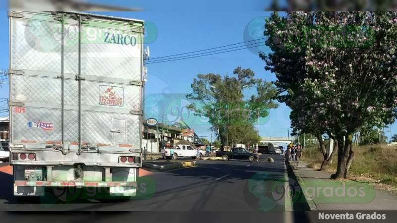 Tras desaparición de un menor y la extorsión a familiares bloquean vialidades en Uruapan, Michoacán