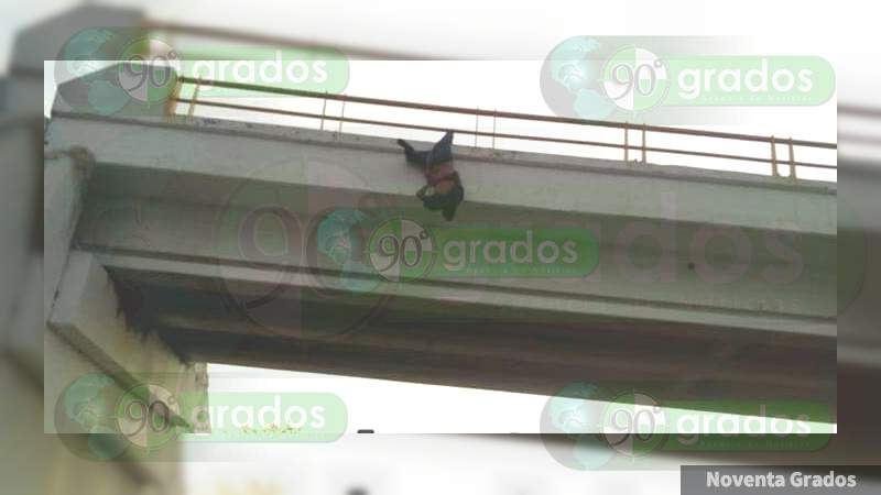 Cuelgan a un hombre de un puente en la Autopista Siglo XXI