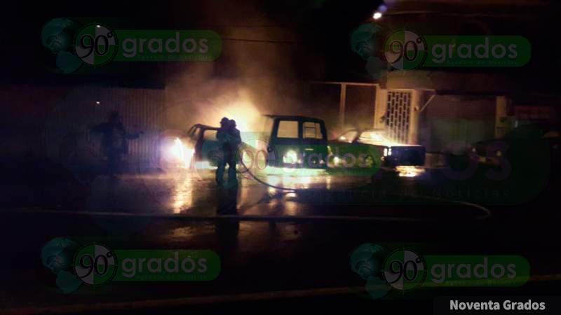 Hombre incendia 3 vehículos en Lázaro Cárdenas