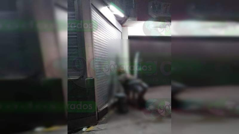 """Asesinan a un hombre afuera de un """"Auto Lata"""" en Apatzingán"""