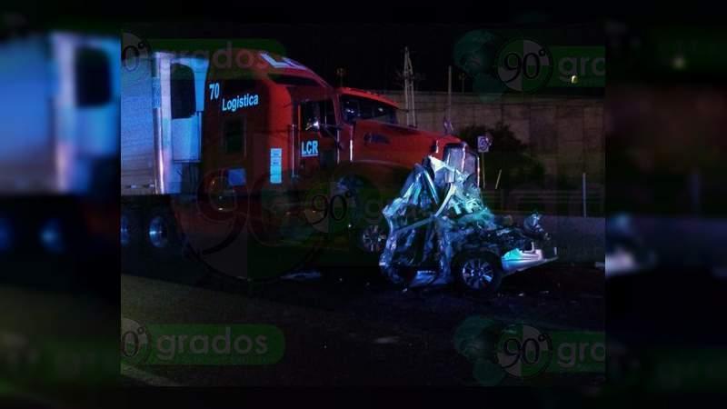 Se accidentan un tráiler y tres coches en Apaseo el Alto; hay un muerto