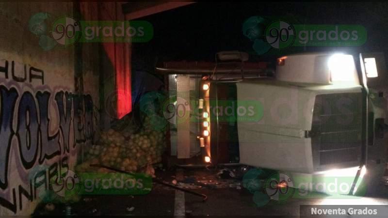 Un herido y daños materiales deja volcadura de trailer en la federal Zihuatanejo - Lázaro Cárdenas