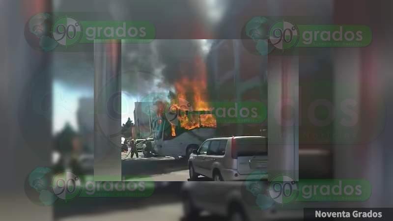 Fallecen calcinadas tres personas dentro de autobús en llamas en Puebla