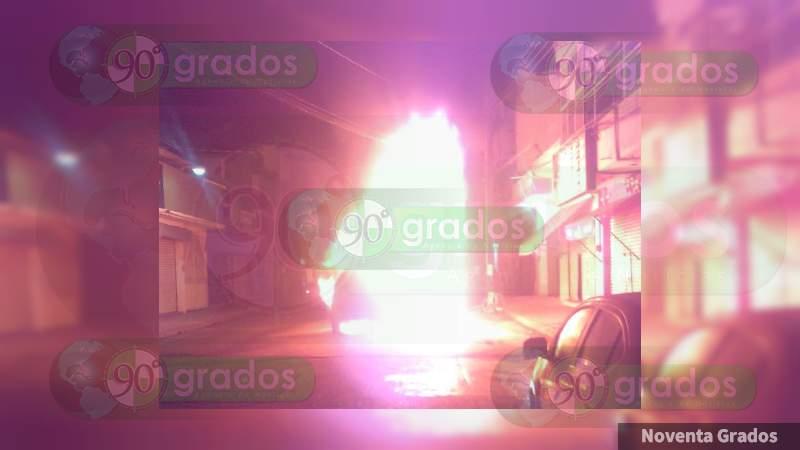 Se incendia camioneta en zona centro de Apatzingán, Michoacán