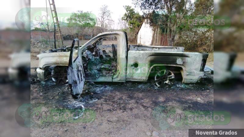 A balazos y granadazos se enfrentan narcos en Apatzingán