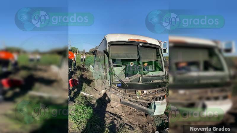 Cinco heridos al volcar autobús en la Salvatierra - Yuriria, en Guanajuato