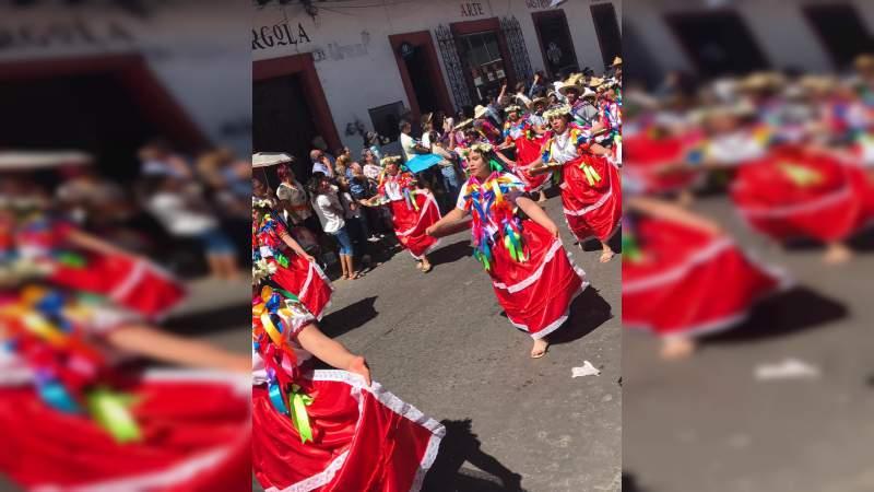 Colorido y riqueza cultural de Michoacán, en el Desfile del Artesano en Uruapan