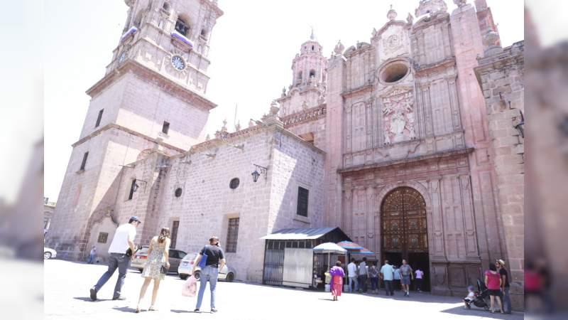 Disfrutan turistas Días Santos en Morelia