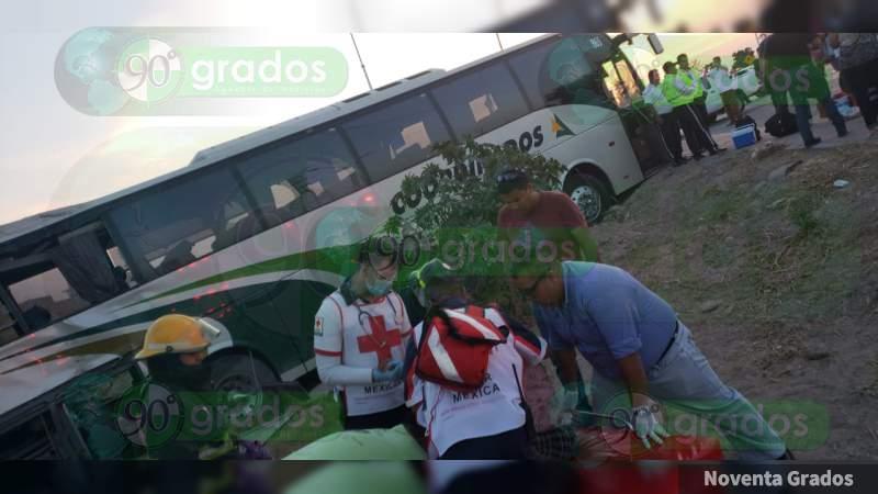 Celaya: Autobús intenta ganar el paso al tren y chocan; hay nueve heridos
