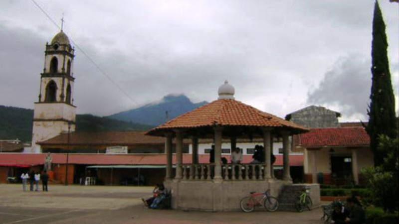 Habitantes retienen a tres regidores en Paracho, Michoacán