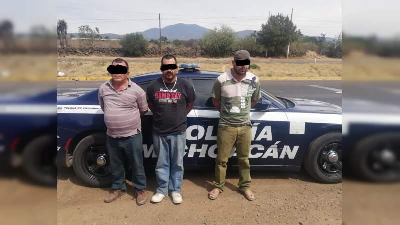 Detienen a tres con vehículo robado en Lagunillas, Michoacán