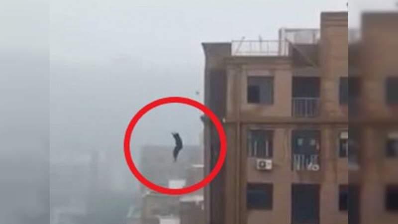 Hombre cae desde un edificio por intentar tomarse una selfie
