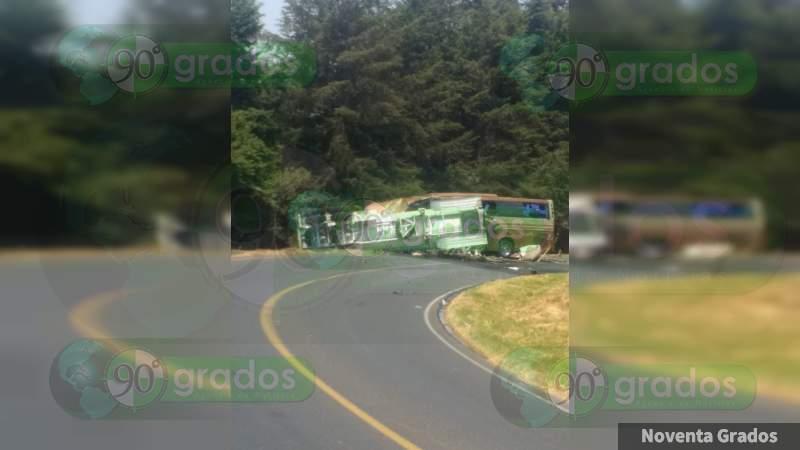 Choca pipa contra autobús de Marco Antonio Solís en Ario de Rosales, Michoacán