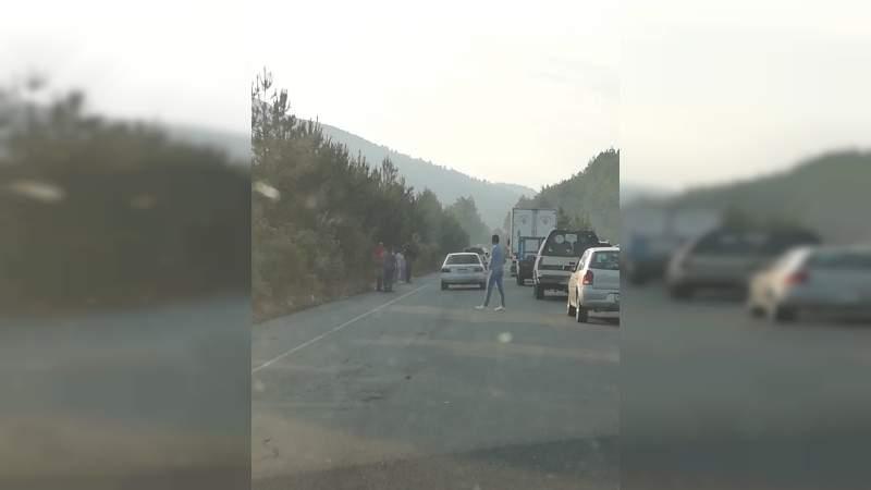 Comuneros bloquean carretera Uruapan - Los Reyes, demandan más seguridad