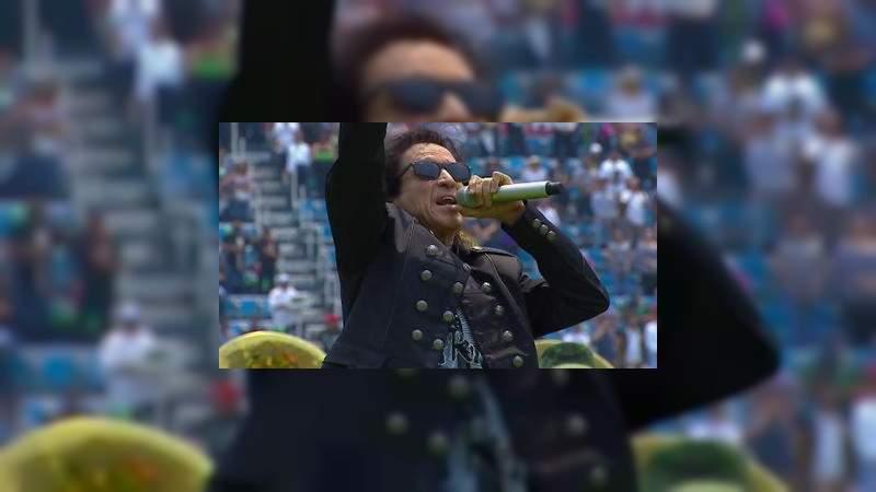 Critican a Alex Lora por su peculiar interpretación del Himno Nacional
