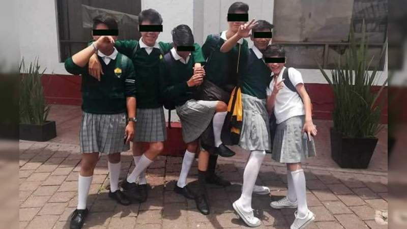 Alumnos de la Ciudad de México acuden a la secundaria con falda