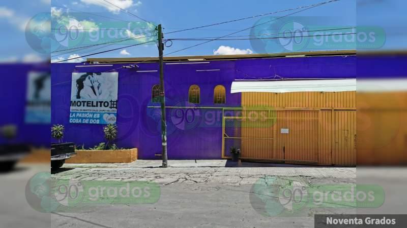 Catean motel en búsqueda de narcóticos y detienen a cuatro personas en Morelia, Michoacán
