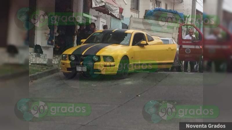 Ejecutan a balazos a dos jóvenes a bordo de un vehículo deportivo en la Tamacua de Uruapan, Michoacán