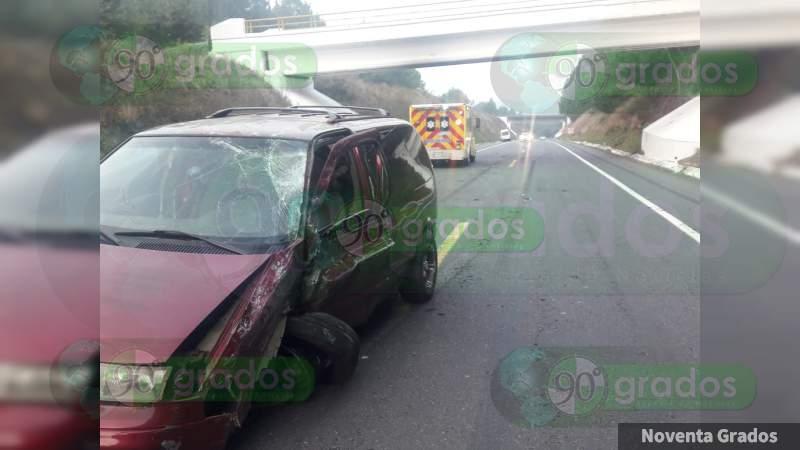 Ocho heridos en choque de camioneta de turismo sobre la Siglo XXI, en Michoacán