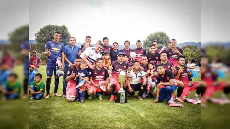 Premian a los ganadores de la liga municipal de fútbol varonil en Tingambato
