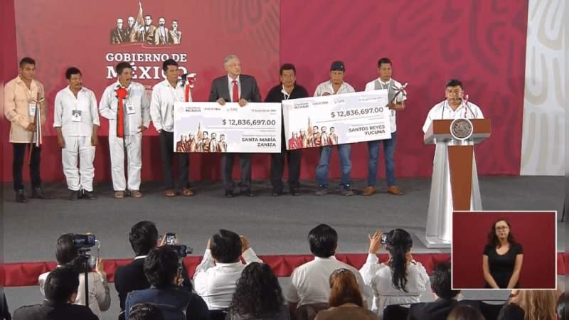 AMLO entrega recursos a comunidades marginadas de Oaxaca