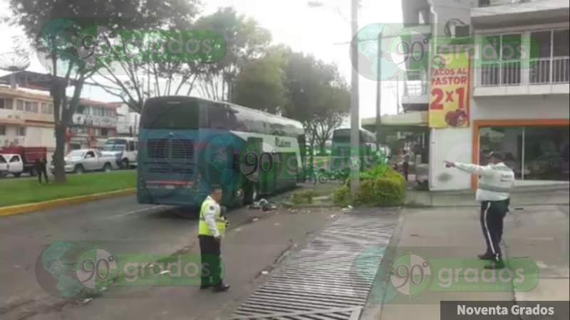 Detona presunto artefacto explosivo en un camión en Uruapan, Michoacán