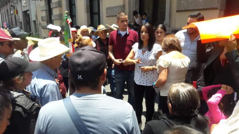 Lucila Martínez recibe a los pobladores de Jesús del Monte