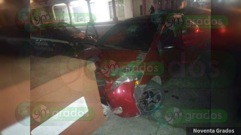 Impacta su vehículo contra una banca del jardín en Apatzingán