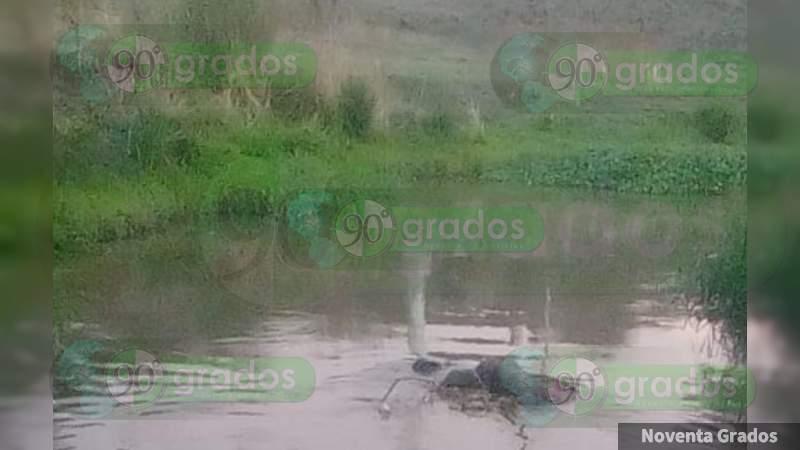 Zamora; Hallan cuerpo flotando en canal de riego, en Michoacán