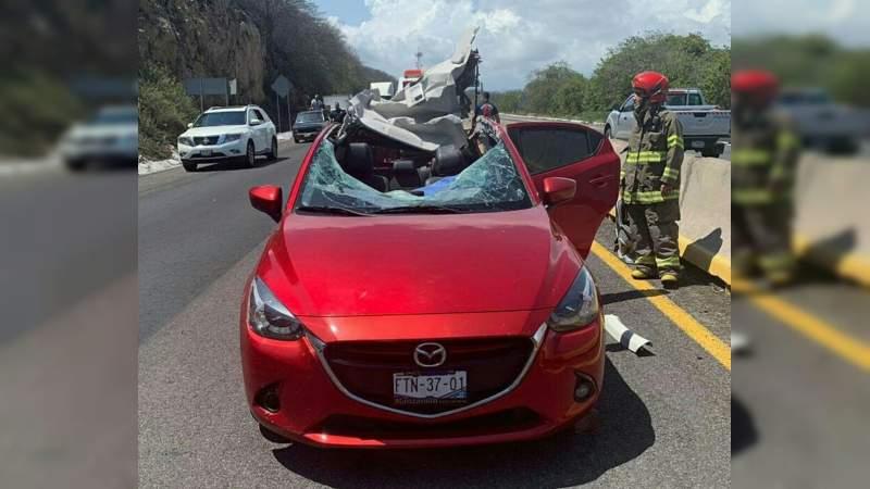 Conductora muere aplastada por una roca en carretera de Manzanillo